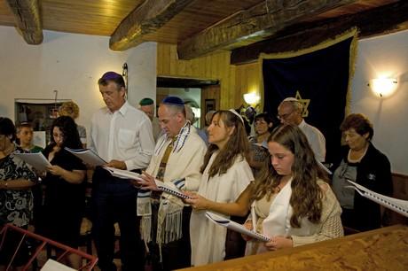 Shabbat services in the Ner Tamid del Sud sanctuary. (Photo by Domenico Pulice)