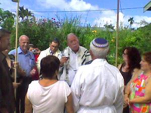 Rabbi Beliak performing wedding ceremony (Photo courtesy Rabbi Beliak)